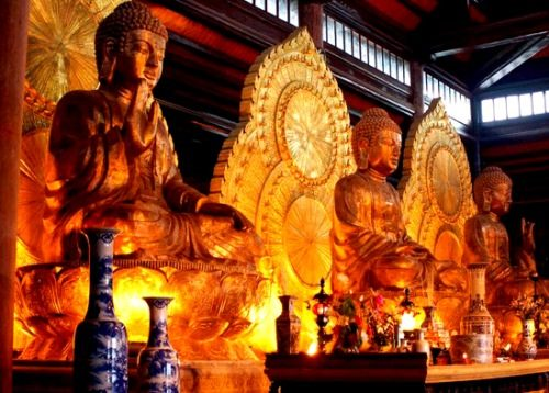 Ba pho tượng Tam Thế Phật (quá khứ, hiện tại, tương lai) trong điện Tam Thế tại chùa Bái Đính