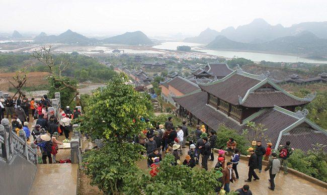 Khách hành hương tham quan chùa bái đính