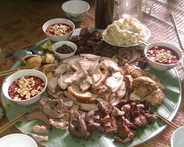 Thịt lợn cắp nách vừa thơm, chắc mà hoàn toàn không ngấy tí nào, dù có gắp phải miếng hơi mỡ đi chăng nữa.
