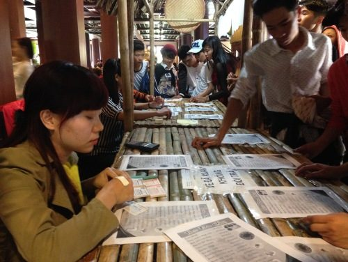 Để mua thức ăn, du khách phải lấy số và thanh toán trước khi chọn món chay.